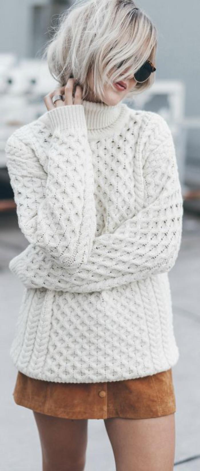 pull-irlandais-blanc-femme-porté-avec-une-jupe-courte