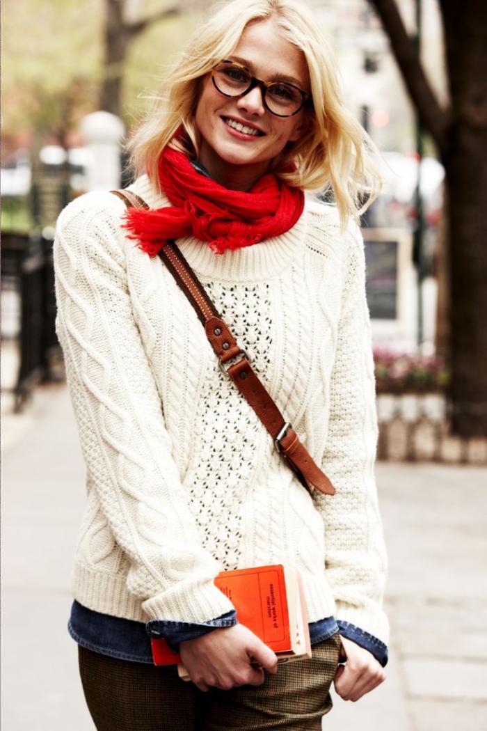 pull-irlandais-blanc-écharpe-rouge