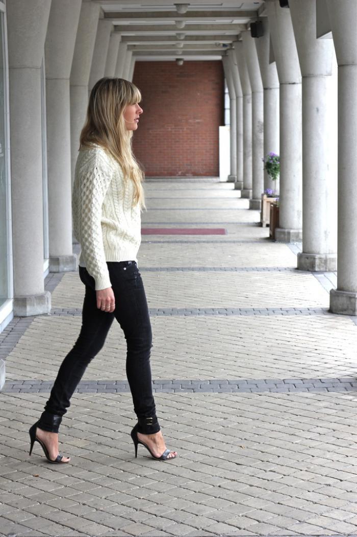 pull-irlandais-porté-avec-des-skinny-jeans-et-escarpins