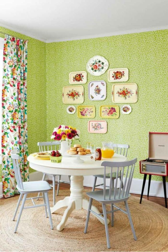 rideaux-dans-la-cuisine-moderne-tapis-rotin-et-table-en-bois-blanc-rond-rideuax-colorés