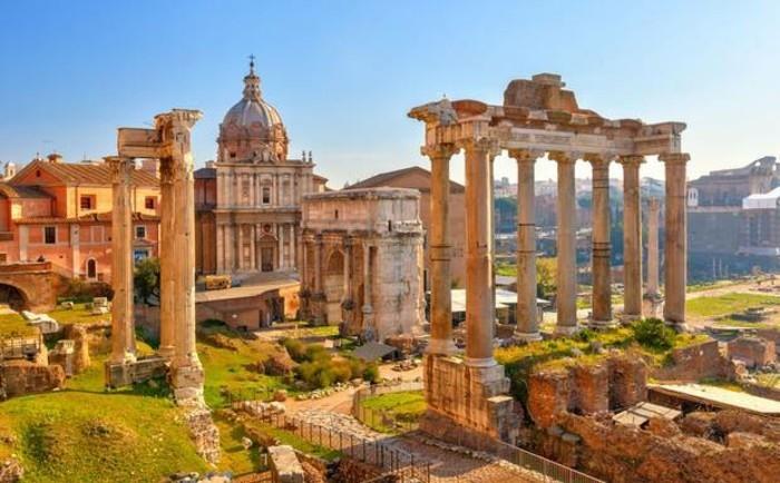 rome-la-beauté-ancienne-romaine-le-forum-coliseum-resized