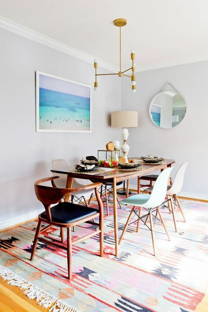 salle-à-manger-complète-conforama-colorée-sol-en-parquet-clair-et-meubles-en-bois-clair