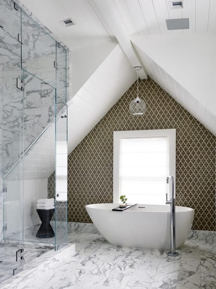 salle-bain-d-reve-sous-combles-baignoire-îlot-cabine-douche-verre-déco-murale
