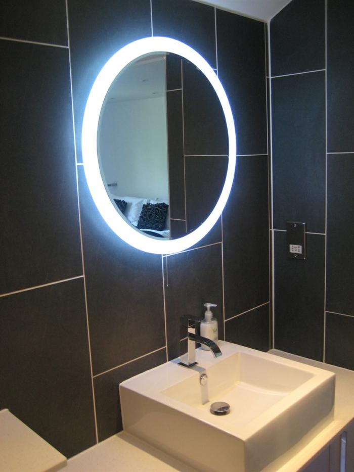 salle-de-bain-avec-carrelage-noir-vasque-blanc-salle-de-bain-avec-carrelages-noires