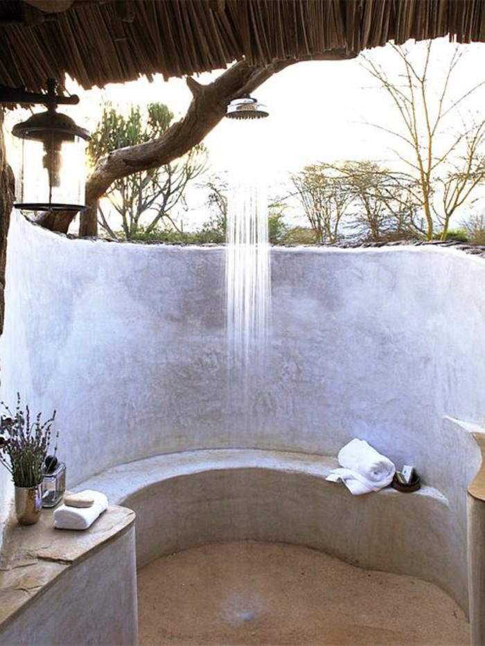 salle-de-bain-avec-douche-exotique-et-plantes-vertes-salle-de-bain-en-dehors
