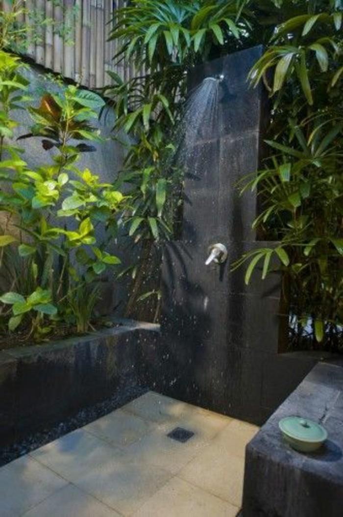 salle-de-bain-avec-douche-exotique-et-plantes-vertes-salle-de-bain-exotique