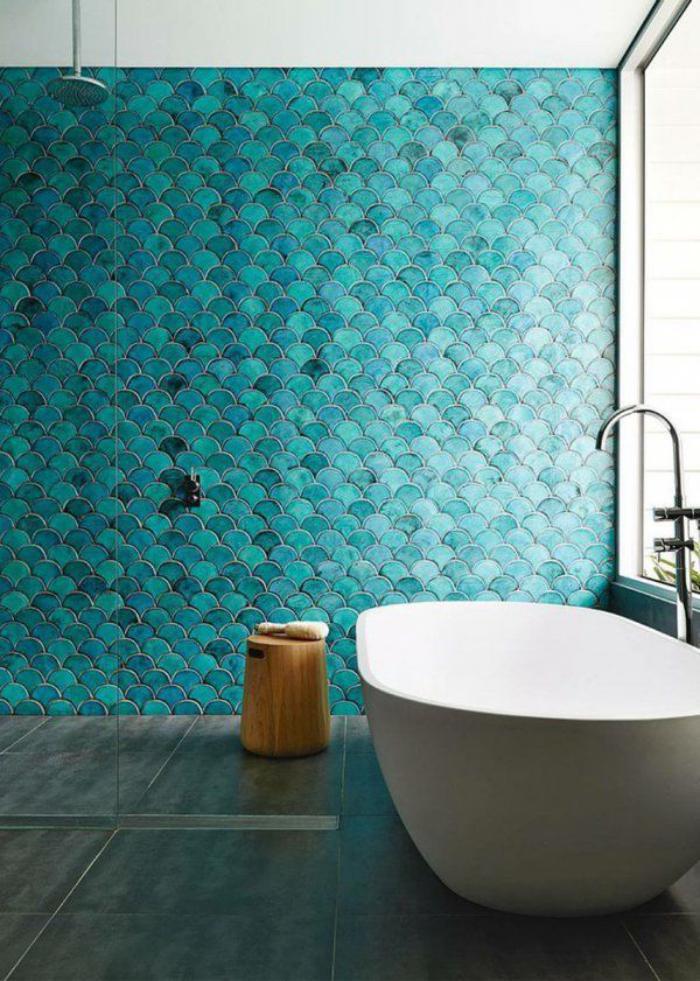 salle-de-bain-de-reve-carrelage-turquoise-et-baignoire-blanche