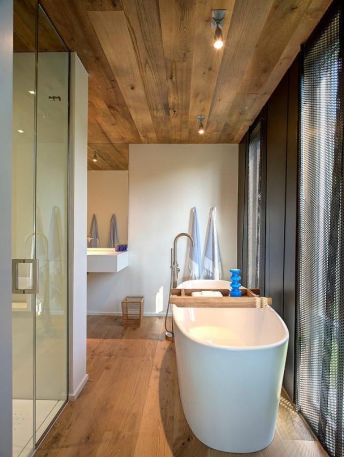 salle-de-bain-de-reve-revêtement-bois-et-baignoire-blanche