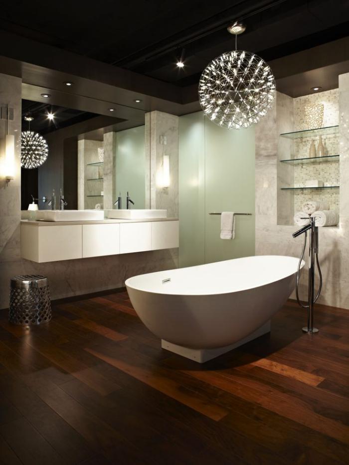 salle-de-bain-de-reve-sol-en-bois-et-baignoire-centrale