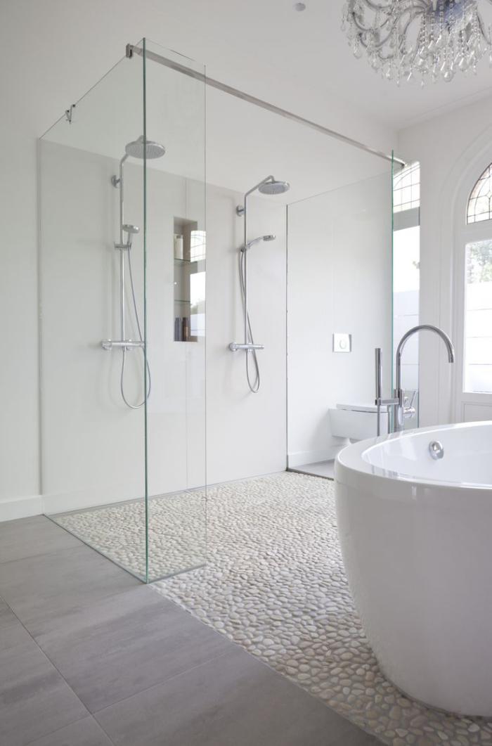 salle-de-bain-de-reve-sol-en-petites-pierres-blanches