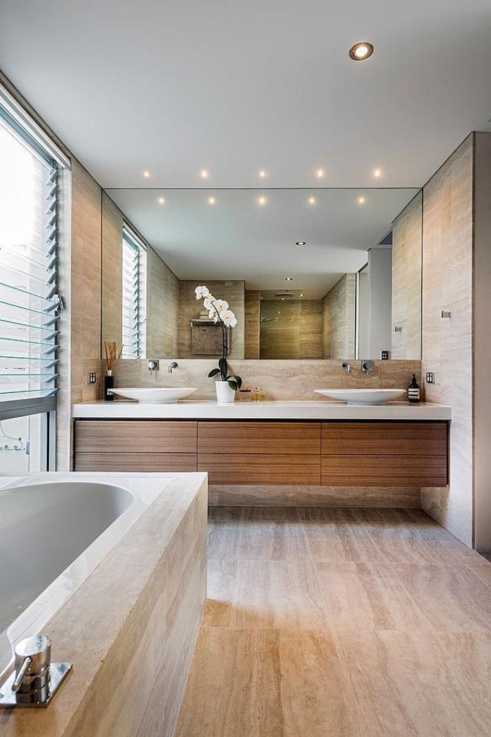 salle-de-bain-de-reve-spacieuse-grand-miroir-rectangulaire