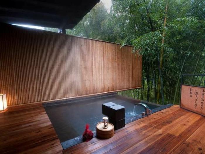 salle-de-bain-en-dehors-salle-de-bain-exotique-en-bambou-et-en-dehors