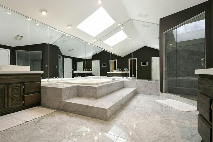 41 photos qui vont vous pr senter le carrelage brillant for Grande salle de bain