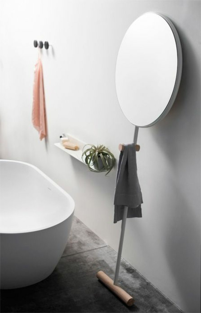salle-de-bains-baignoire-ilot-ovale-petite-baignoire-miroir-ronde