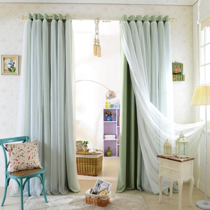 salon-bien-aménagé-double-rideaux-design-bleu
