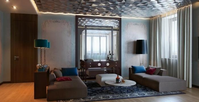 salon-bien-aménagé-double-rideaux-design-tapis-bleu