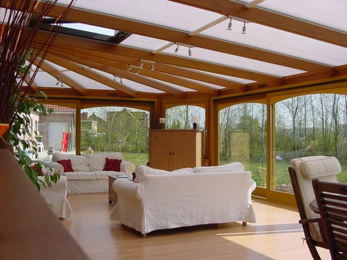 salon-veranda-en-bois-clair-bioclimatique-salon-avec-plafond-en-verre-et-bois