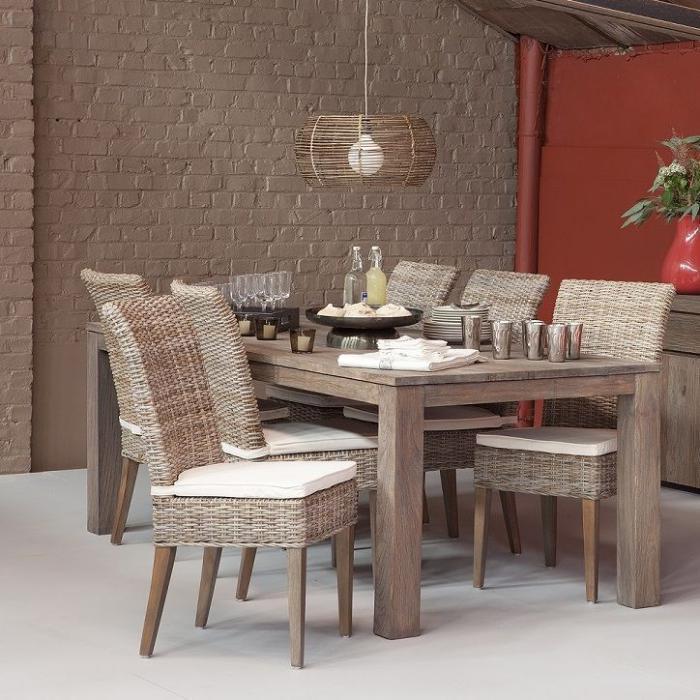 table-en-teck-bois-massif-mur-en-briques-blanches