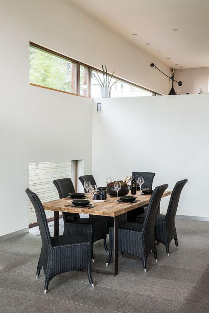 table-en-teck-et-acier-chaises-tressées-peintes-noires
