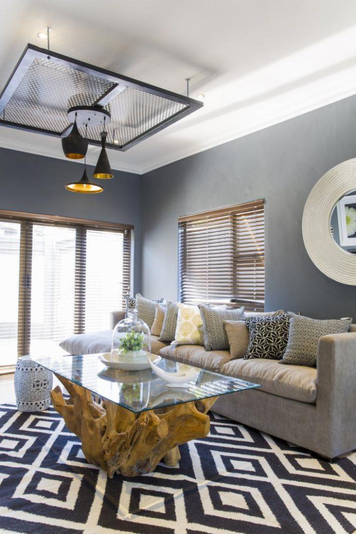 table-en-teck-et-verre-tapis-noir-et-blanc-géométrique