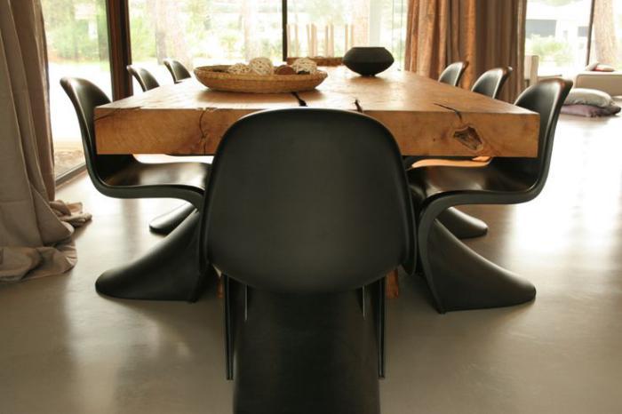 table-en-teck-massive-grande-table-en-teck-et-chaises-noires-panton
