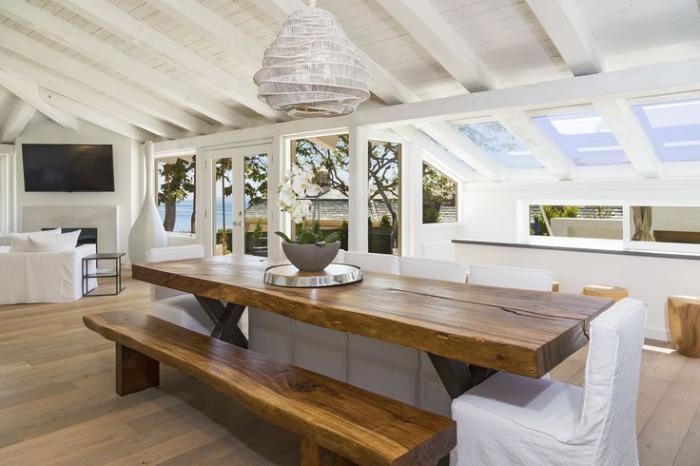 table-en-teck-mobilier-en-teck-éloquent-plafond-poutres-en-bois