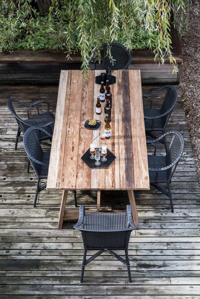 table-en-teck-pour-l'extérieur-chaises-noires-tressées