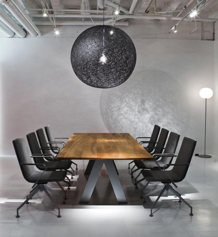 table-en-teck-salle-à-manger-élégante-suspension-noire