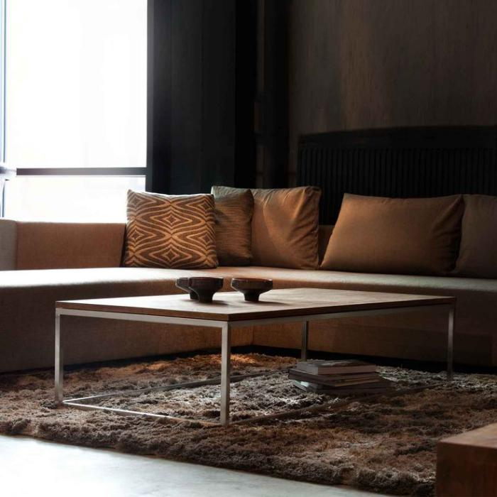 table-en-teck-salon-déco-marronne-tapis-moelleux