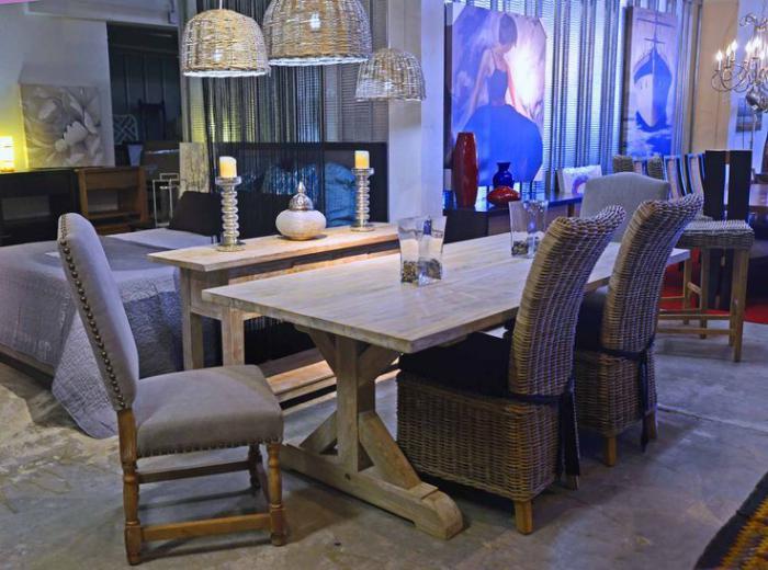 table-en-teck-table-rectangulaire-lampes-et-chaises-tressées