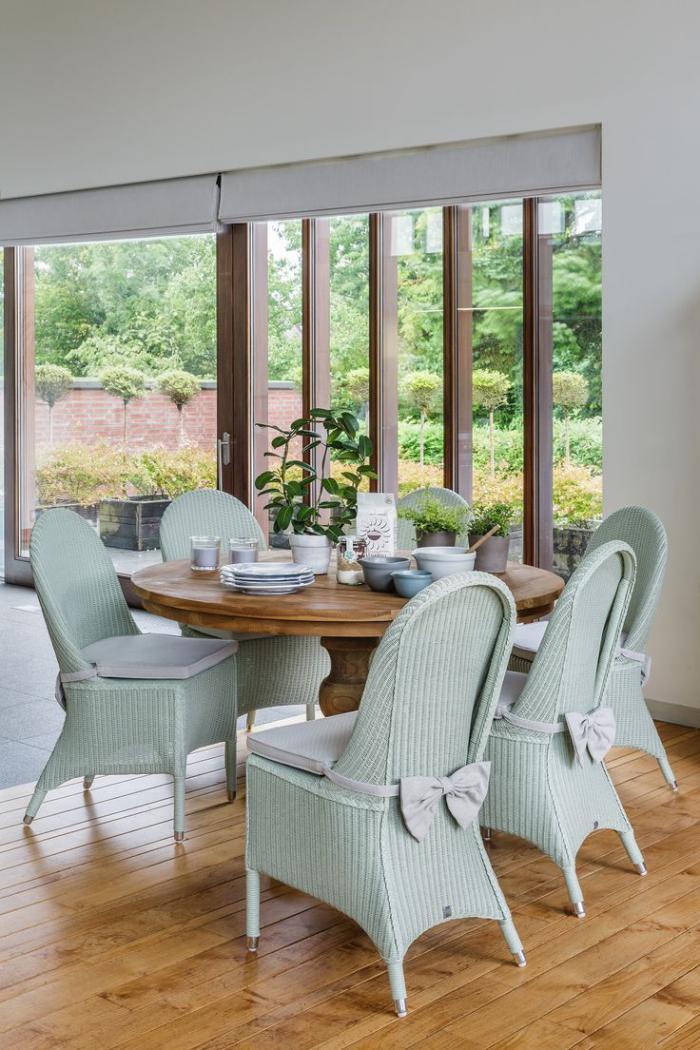 table-en-teck-table-ronde-en-teck-solide-chaises-bleues