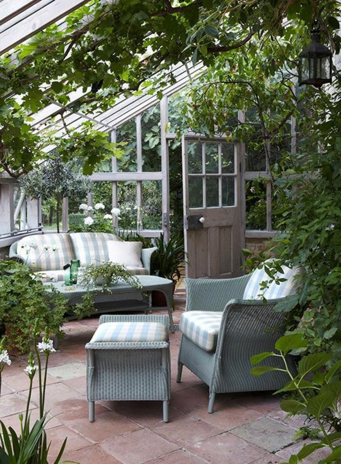 terasse-bioclimatique-veranda-bioclimatique-pergola-bioclimatique-plafond-en-verre-et-plantes-vertes