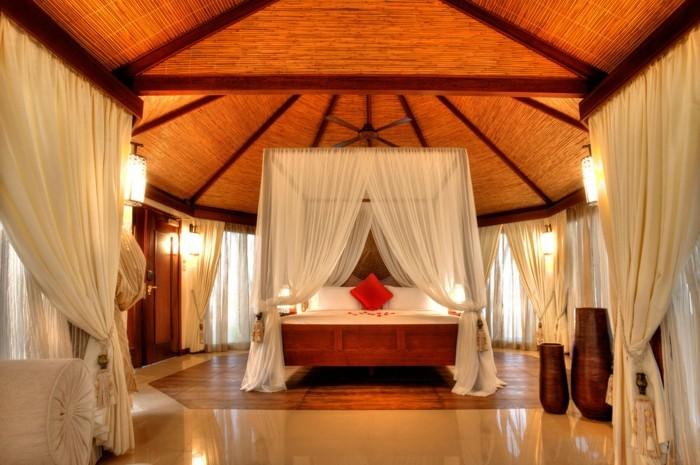 toit-salon-bien-aménagé-double-rideaux-design