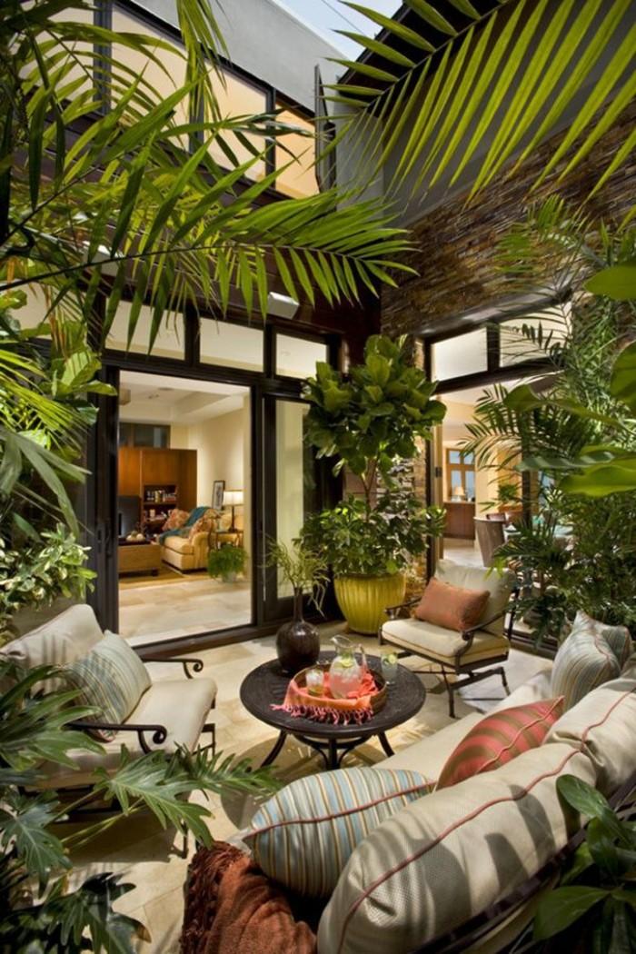 véranda-bioclimatique-pergola-bioclimatique-avec-beaucoup-de-plantes-vertes