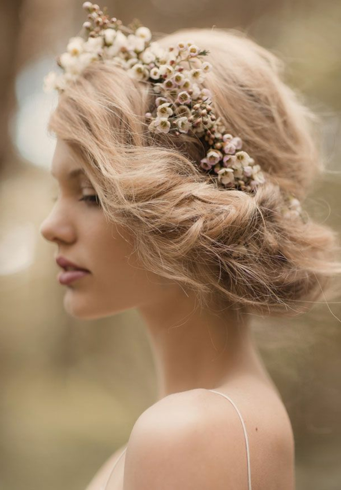être-belles-avec-un-chignon-romantique-mariage-chignon-bouclé-fleurs