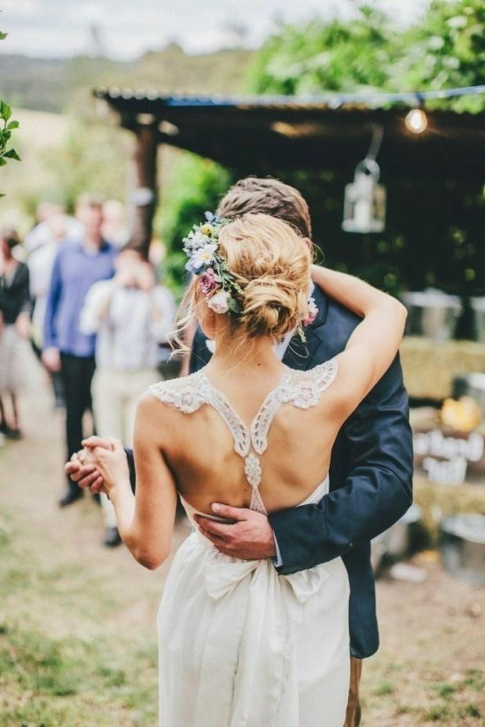 être-belles-avec-un-chignon-romantique-mariage-chignon-bouclé-la-couronne-de-fleurs