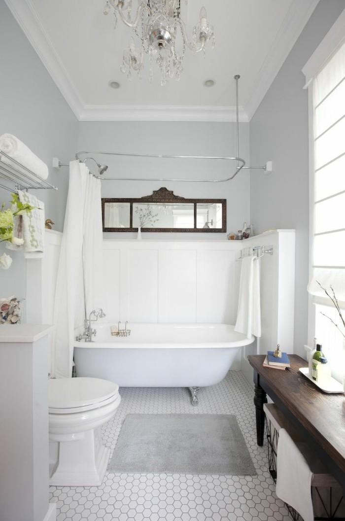 0-baignoire-ancienne-blanche-dans-la-salle-de-bain-ancienne-baignoire-fonte-ancienne