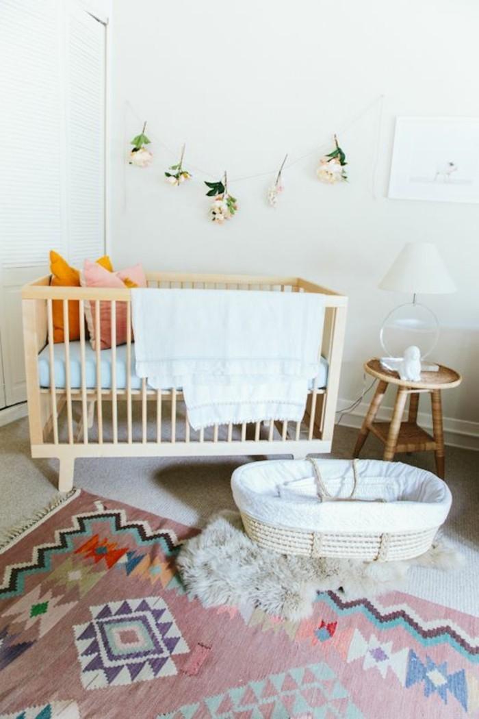 0-chambre-bébé-mixte-tapis-coloré-dans-la-chambre-bebe-originale-murs-blancs