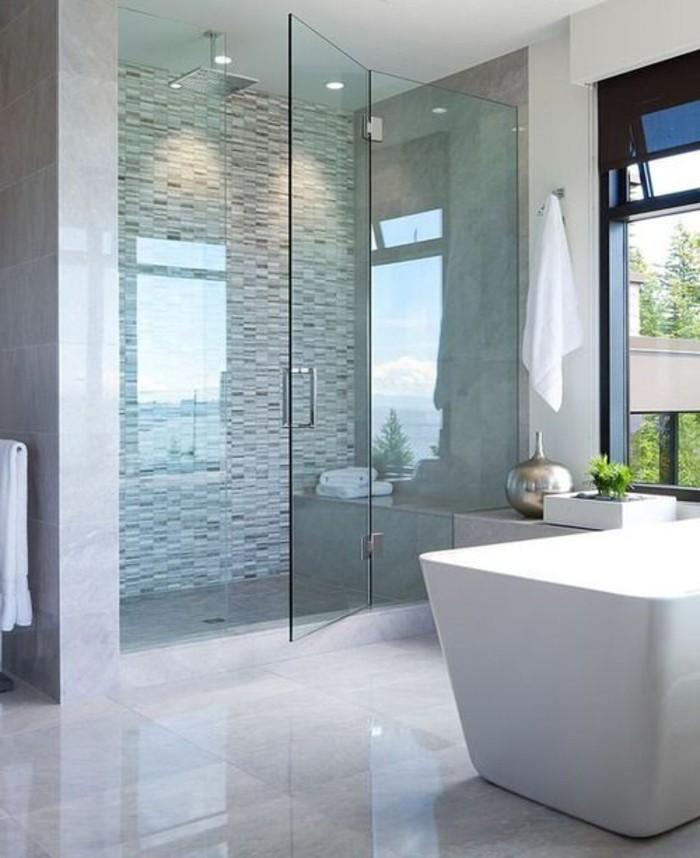 Relooker une salle de bain 42 id es en photos for Faience grise salle de bain