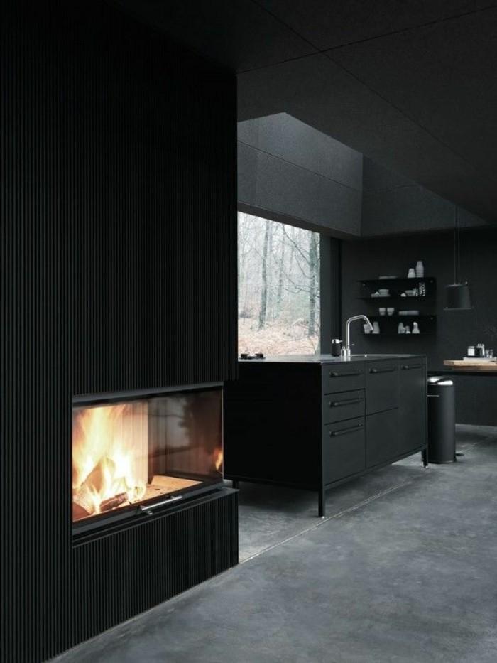0-jolie-cuisine-plan-de-travail-gris-anthrcite-sol-en-dalles-gris-cheminee-d-interieur