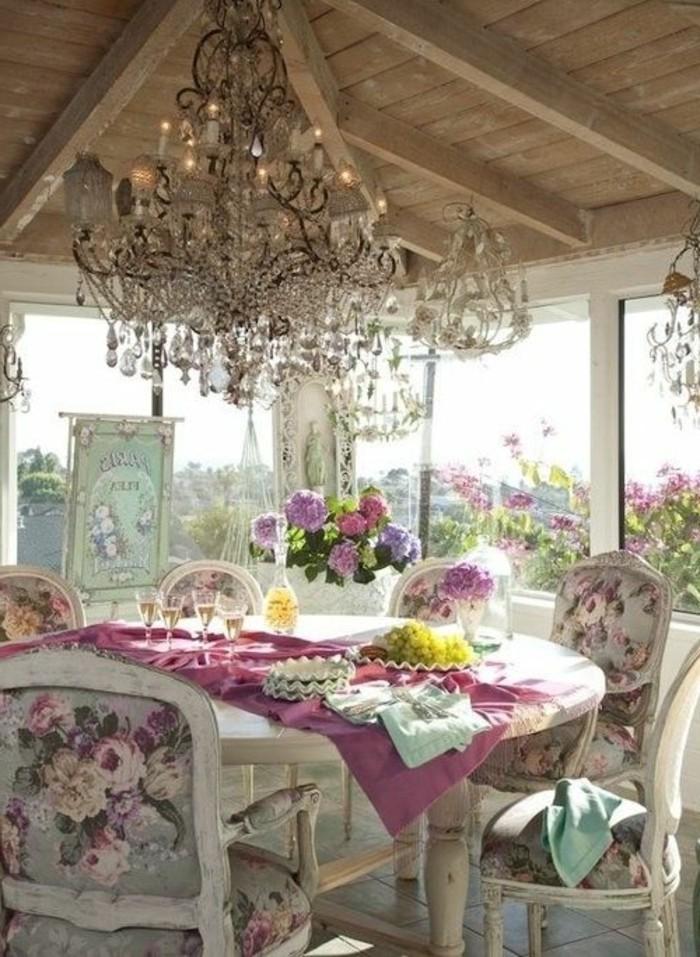 0-meubles-gustaviens-tapisserie-kitch-dans-la-cuisine-avec-vue-jolie-idee