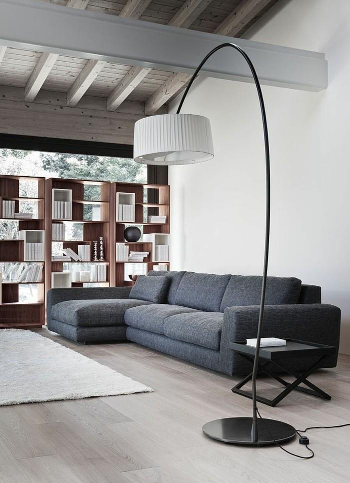 00-canapé-gris-chiné-canapé-d-angle-gris-sol-en-parquet-clair-murs-blancs-lampe-de-salon