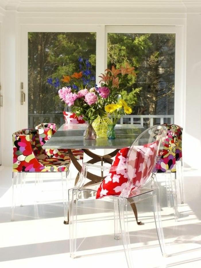 00-chaise-transparente-fly-dans-la-salle-de-sejour-moderne-fleurs-sur-la-table