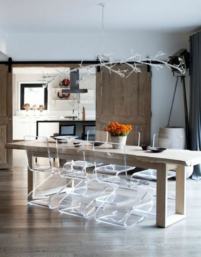 Table a manger transparente for Chaise salle a manger bois clair