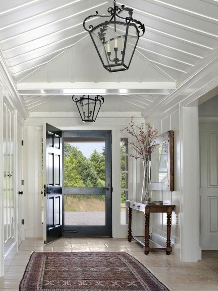 00-jolie-entrée-tapis-rouge-plafond-sous-pente-en-bois-blanc-lustre-en-fer