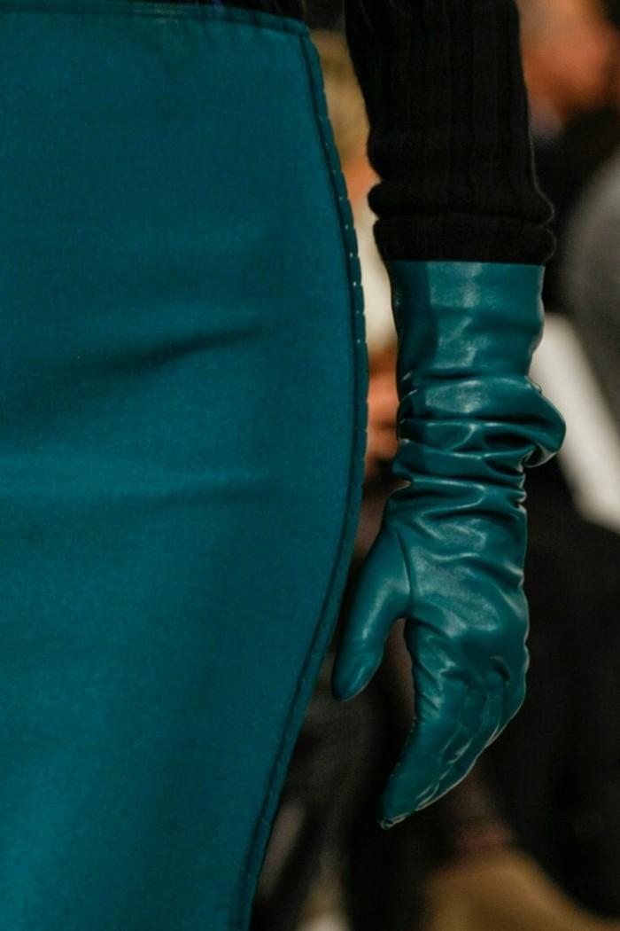 00-modele-gant-cuir-bleu-femme-moderne-jupe-bleu-vert-femmes-modernes