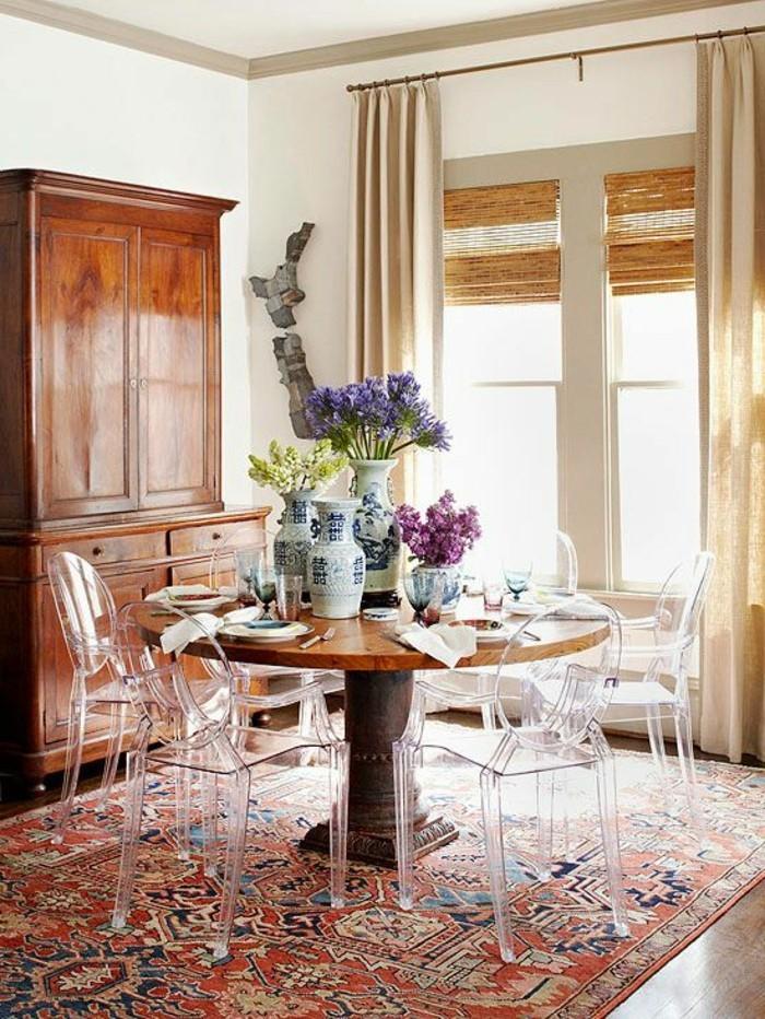 00-salle-de-sejour-moderne-avec-chaise-transparente-ikea-table-ronde-avec-chaises-de-cuisine-transparentes