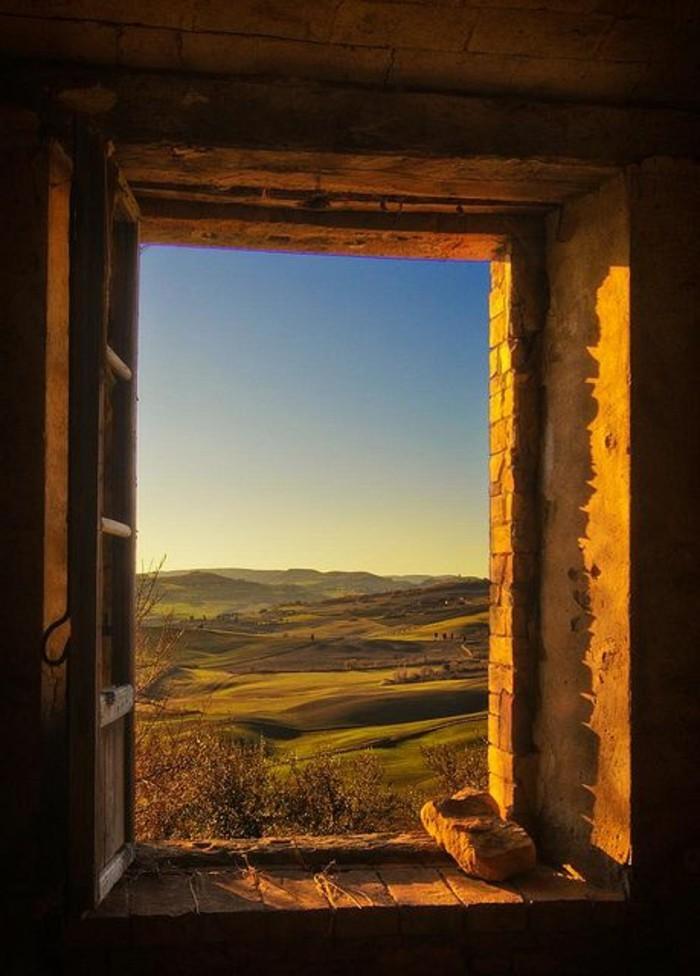 00-toscane-par-la-fenetre-une-belle-vue-vers-les-champs-italiens-nature-toscane-tourisme
