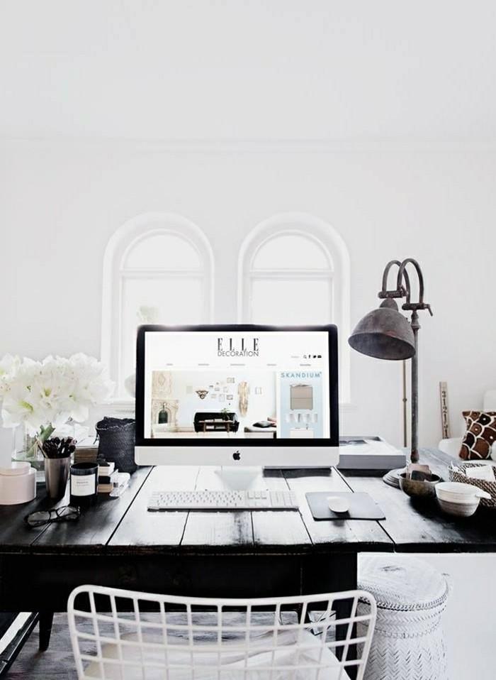 2-lampe-de-chevet-leroy-merlin-bureau-en-bois-foncé-avec-planchers-fleurs-blancs-sur-le-bureau