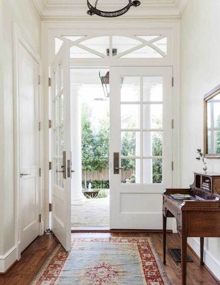 2-sol-en-parquet-clair-porte-ziltren-dans-l-entree-moderne-porte-en-bois-blanc